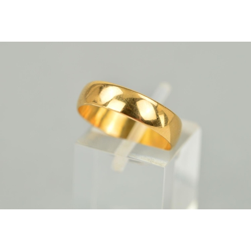 39 - AN EARLY 20TH CENTURY 22CT GOLD BAND RING of plain design with 22ct hallmark for Birmingham 1916, ri...