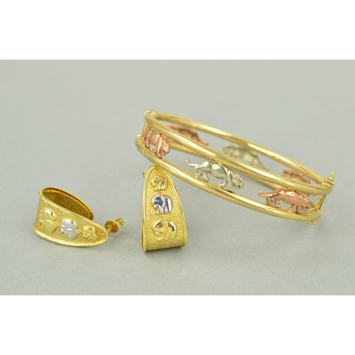 56 - TWO MODERN ITEMS OF JEWELLERY to include a hollow three colour oval hinged bangle designed as series...