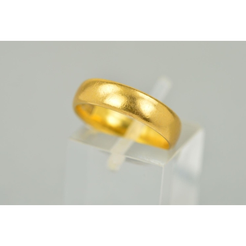 59 - AN EARLY 20TH CENTURY 22CT GOLD WEDDING RING, measuring approximately 4.8mm in width, ring size K, h...
