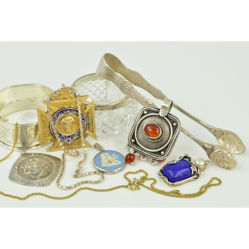 26 - A SMALL SELECTION OF SILVER AND WHITE METAL ITEMS to include a pair of sugar tongs, a circular Wedgw...