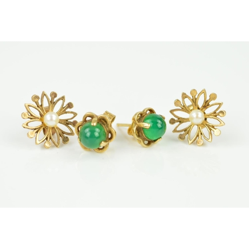 36 - TWO PAIRS OF GEM SET EARRINGS to include a green dyed agate cabochon cut stud, a floral design stud ...