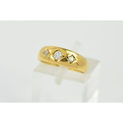 18 - AN EARLY 20TH CENTURY GOLD THREE STONE DIAMOND RING, estimated total old European cut diamond weight...