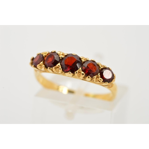 41 - AN 18CT GOLD FIVE STONE GARNET RING, designed as a graduated row of five circular garnets to the scr...