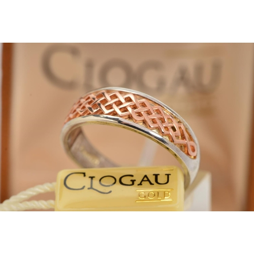 43 - A CASED SILVER AND GOLD CLOGAU RING, designed as a tapered silver band, the front overlaid with a go...