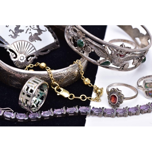 12 - A SELECTION OF JEWELLERY, to include a silver floral engraved hinged bangle, hallmarked Birmingham, ...