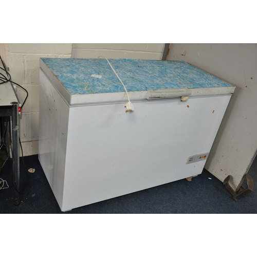 1049 - A BOSCH CHEST FREEZER 127cm wide (PAT pass and working at -18 degrees)(lock inoperable and has a rec...