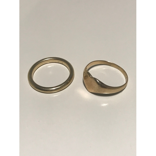 40C - A 9ct gold wedding band together with a 9ct gold heart shaped ring, 5.15 grams in weight...