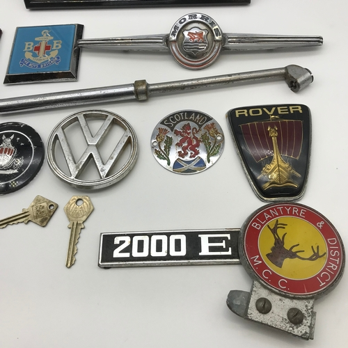 17 - A Lot of vintage car badges, AA Keys, Service Tyre Gauge, 1903 Licence card booklet & 1950 photo of ...