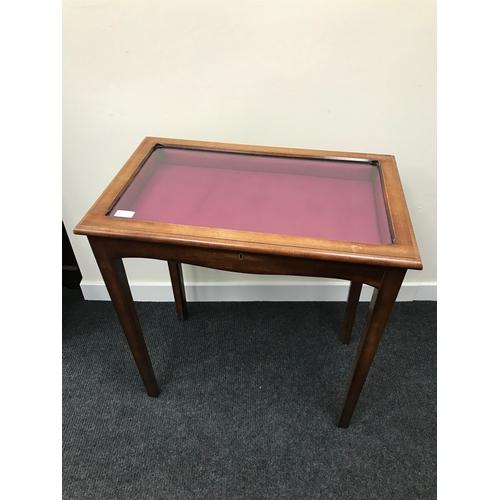 85A - A display case on four legs (72x76x43cm)...