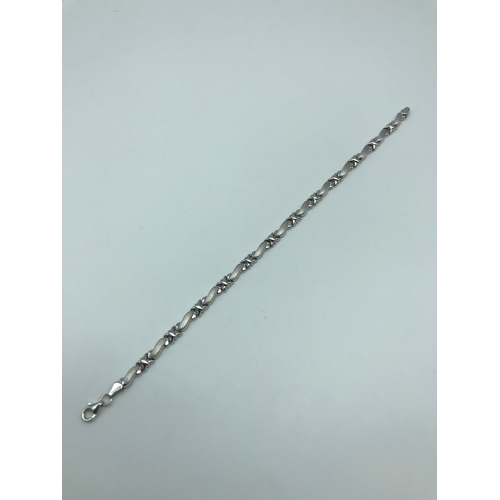 24 - An 18ct white gold ladies bracelet, Weighs 6.55grams, Measures 19.5cm in length...