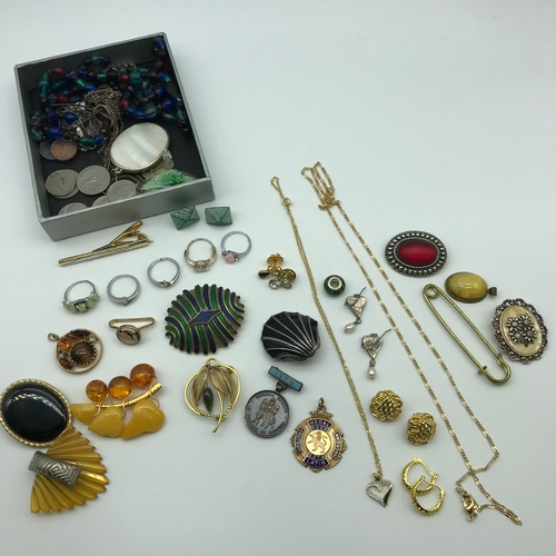 32J - A Lot of vintage costume jewellery which includes Art Deco Gilt metal and amber brooch, various broo...
