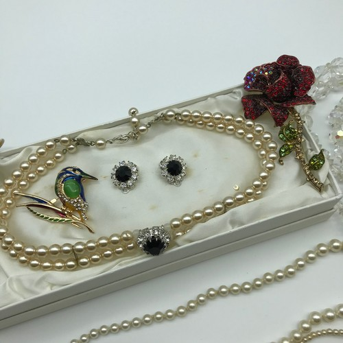 16J - A Lot of vintage costume jewellery which includes; pearl necklaces with silver and plated clasps, Ma...