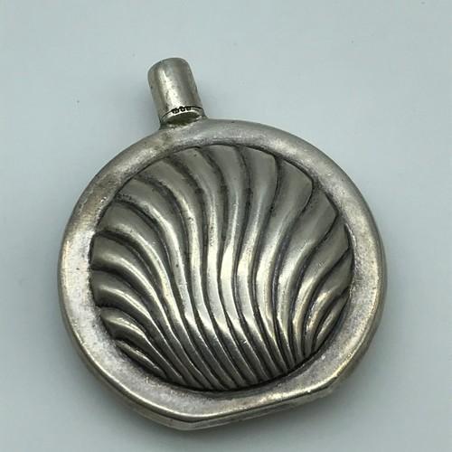 21J - A London silver shell design perfume bottle, [4.5cm in height, 3.7cm in diameter]...