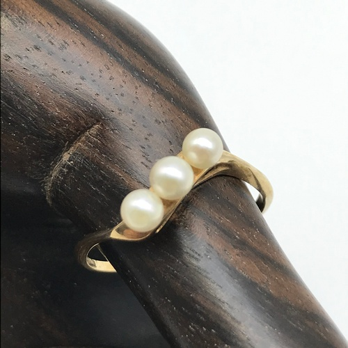28J - A Ladies 9ct gold twist ring set with three pearls. Ring size P and weighs 1.50grams....