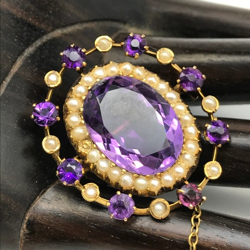 100J - A Beautiful Victorian 9ct gold brooch set with a large Amethyst centre stone surrounded by seed pear...