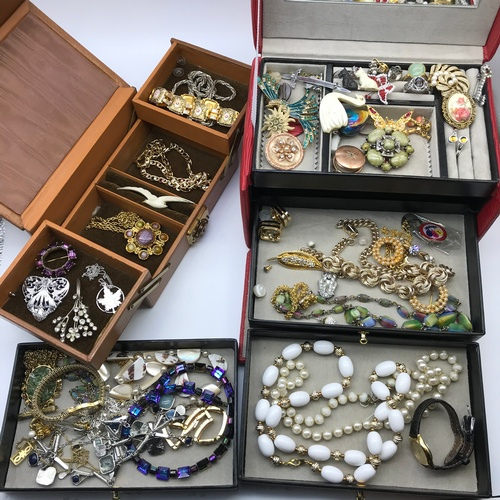 39A - A Large collection of Mixed costume jewellery to include vintage brooches, Pearl and Diamante neckla...