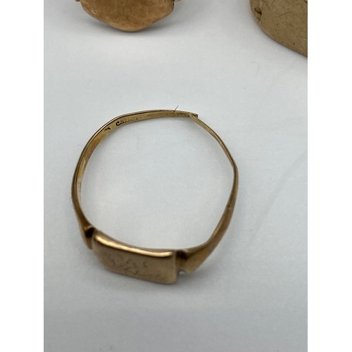 15J - A Lot of three antique 9ct gold signet rings, 9ct gold ring [missing stone] and a gold filled locket...