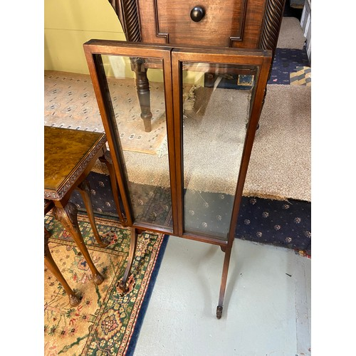 9 - Antique three way fire screen. Made with a mahogany frame and fitted with three pieces of glass. Sup...