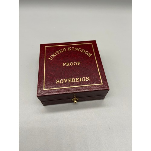 20J - 1999 Gold Sovereign. Produced by the Royal Mint. Comes with a fitted case and certificate....
