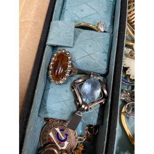323 - A selection of various costume jewellery to include 800 grade silver and amber stone ring, yellow me...