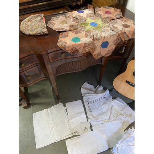 444D - A Collection of vintage linen to include patchwork table top cover, tea cozy and various doilies....
