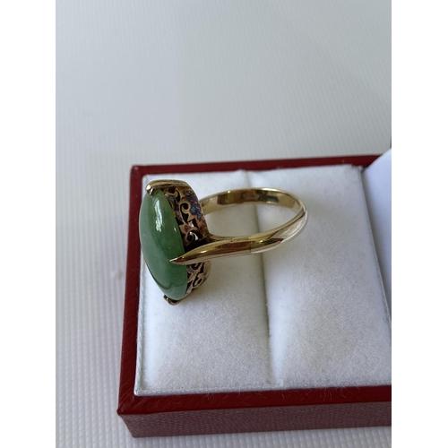 2j - An 18ct gold & jade ring [5.44g] [M 1/2] stamped [18k]...
