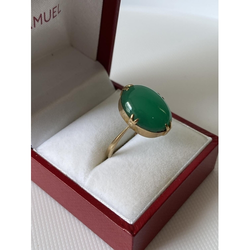 32J - A 9ct gold ladies green stone ring [size R] [3.19g]...