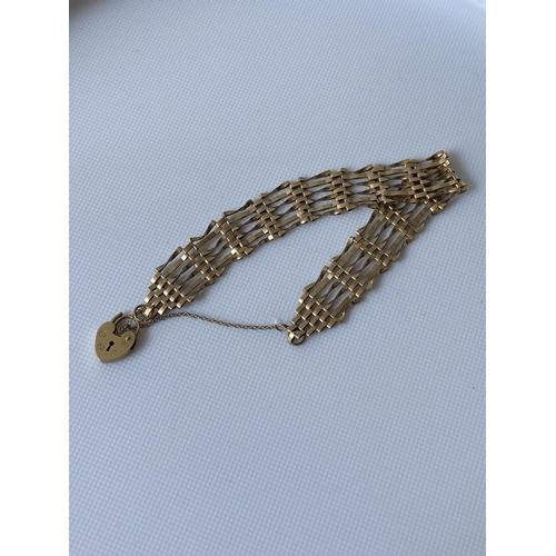 38J - A 9ct gold gate bracelet [6.70g]...