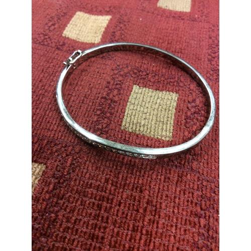 1c - Silver bangle with Czs ....