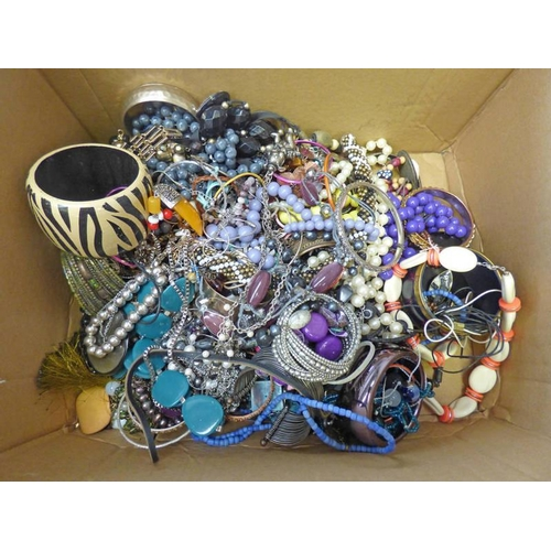 37A - SELECTION OF COSTUME JEWELLERY...