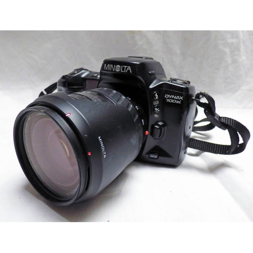 1045 - MINOLTA DYNAX 700SI CAMERA WITH AFZOOM 28-105MM 1:3.5 (22)-4.5 O62MM WITH SKYLIGHT FILTER AND REVERS...