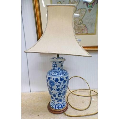 1023 - CHINESE BLUE & WHITE PORCELAIN TABLE LAMP ON A HARDWOOD BASE