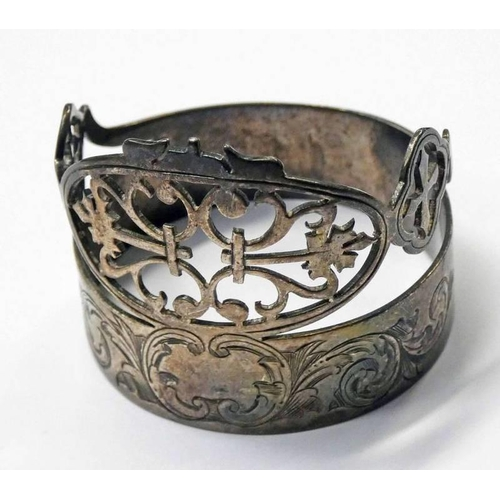 39 - VICTORIAN SILVER NOVELTY NAPKIN RING IN THE FORM A TIARA WITH ENGRAVED DECORATION, SHEFFIELD 1873