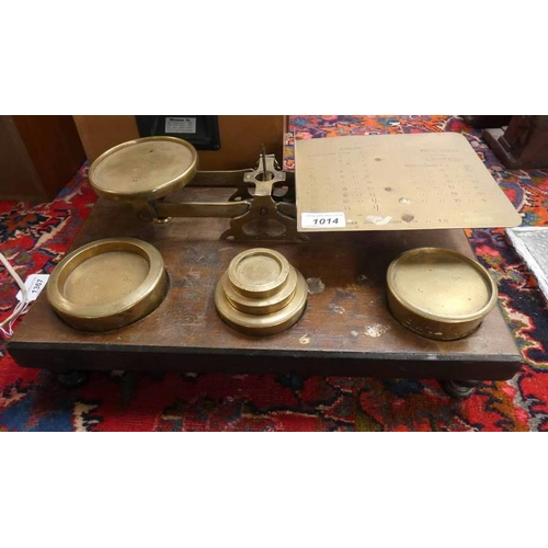 1014 - EARLY 20TH CENTURY MAHOGANY AND BRASS POSTAL SCALES WITH BRASS WEIGHTS
