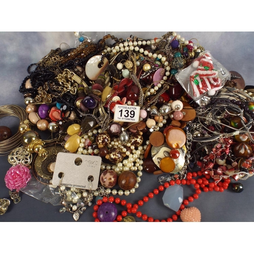 139 - large quantitiy of costume jewellery, aprox 2 kilos...