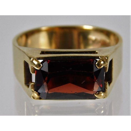 36 - A 9ct gold ring set with garnet 4.9g size P/Q...