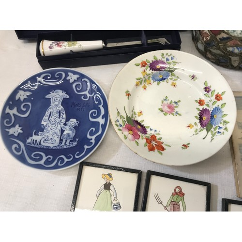 9 - A selection of pottery to include Royal Worcester Vine Harvest cake plate 28.5cms with cake knife, D...