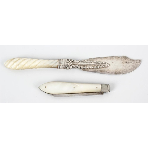 374 - A Birmingham 1873 hallmarked silver bladed butter knife upon a shaped writhen twist mother of pearl ...