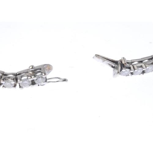 1326 - (550314-1-A) A diamond bracelet. The brilliant-cut diamond line, with push-piece clasp. Estimated to...
