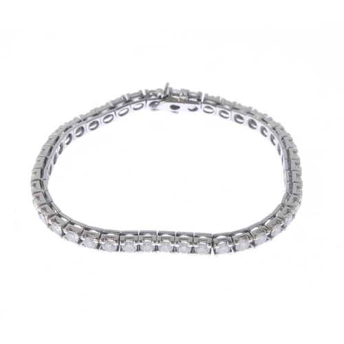 1326 - (550314-1-A) A diamond bracelet. The brilliant-cut diamond line, with push-piece clasp. Estimated to...