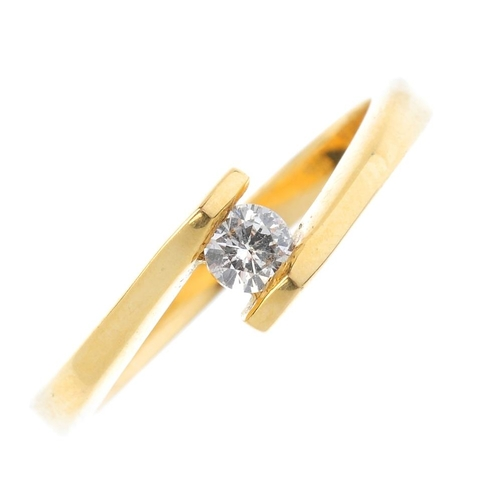 185 - An 18ct diamond single-stone ring. The brilliant-cut diamond, with crossover shoulders. Estimated di...