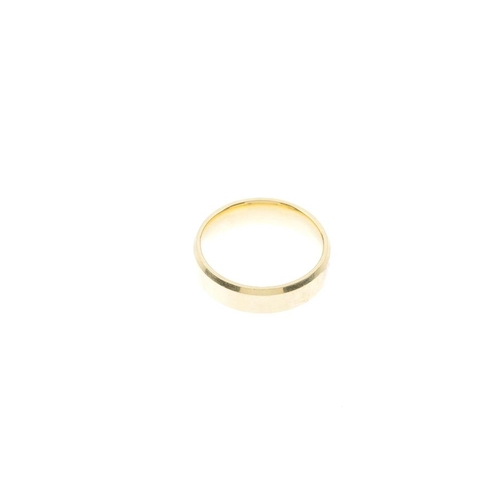 212 - An 18ct gold band ring. With bevelled sides. Signed Brown & Newirth. Hallmarks for Birmingham. Ring ...