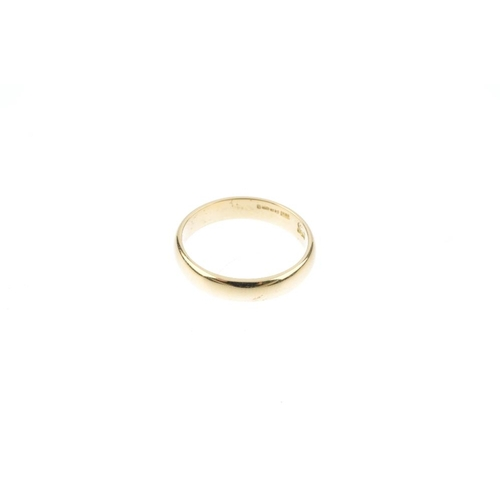 789 - An 18ct gold band ring. Hallmarks for Sheffield, 1992. Ring size M. Weight 3.9gms.  <br><li>Overall ...