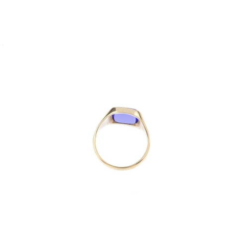 930 - A gentleman's 9ct gold signet ring. The dyed chalcedony, with tapered band. Hallmarks for Birmingham...