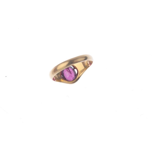 941 - A late Victorian 18ct gold garnet single-stone ring. The oval-shape garnet, with tapered shoulders a...