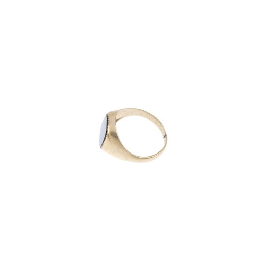 945 - A gentleman's 9ct gold onyx signet ring. The onyx panel, with tapered sides. Hallmarks for London, 1...