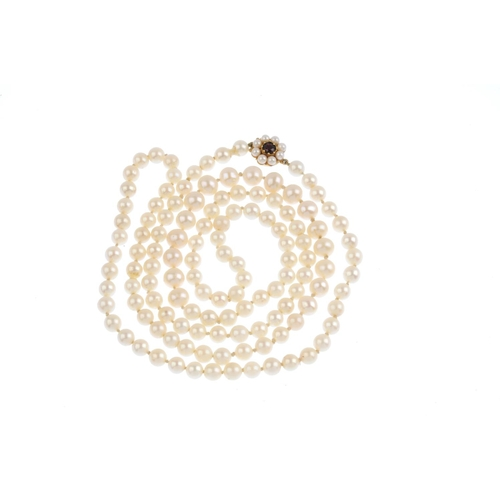 352 - A cultured pearl single-strand necklace. Comprising a series of 133 cultured pearls, measuring 8 to ...