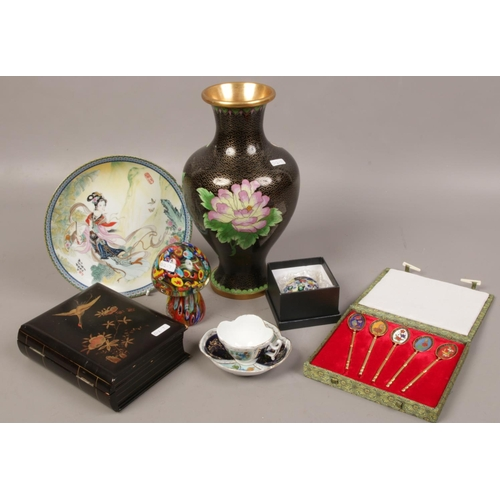 27 - A mixed group lot to include Cloisonne vase, paperweights, oriental display plate, inlaid oriental j...