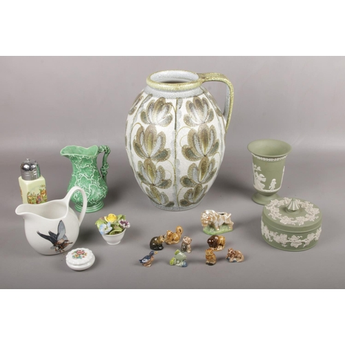21 - A group of miscellaneous ceramics, Denby, Sylvac 2072 vases, Wedgwood trinket & vase examples...