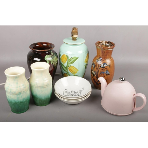 31 - A collection of ceramics to include pair of vases, vase by G.A. HART Sheffield, Kellogs bowls, insul...